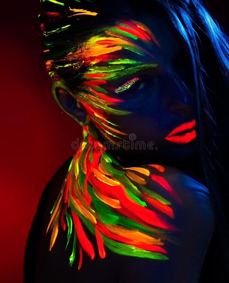 Retrato de una chica en rayos ultravioletas foto de archivo libre de regalías