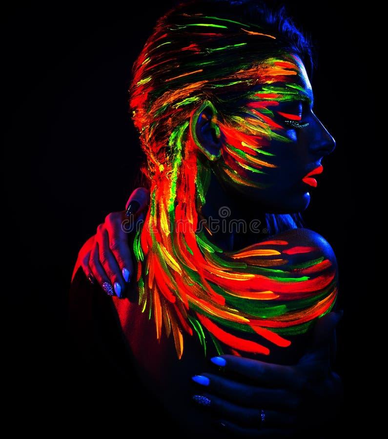 Retrato de una chica en rayos ultravioletas imagenes de archivo