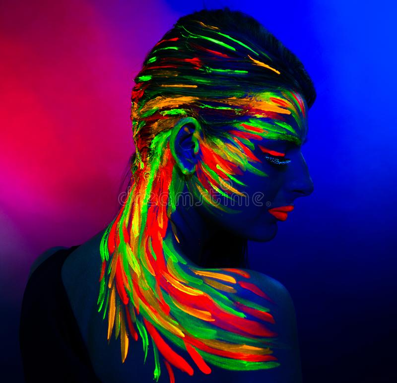 Retrato de una chica en rayos ultravioletas fotos de archivo