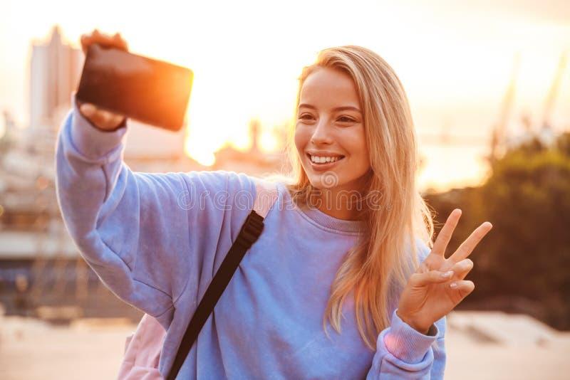 Retrato de una chica joven bonita con la situación de la mochila fotos de archivo libres de regalías