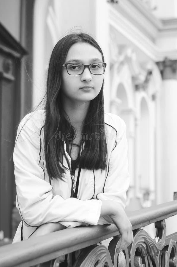 Retrato de una chica joven bonita con los vidrios fotos de archivo