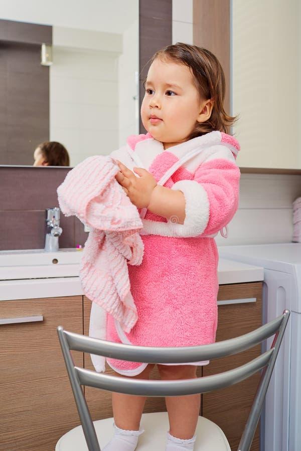 Retrato de una chica joven con una toalla en sus manos después del wa de la mano imágenes de archivo libres de regalías