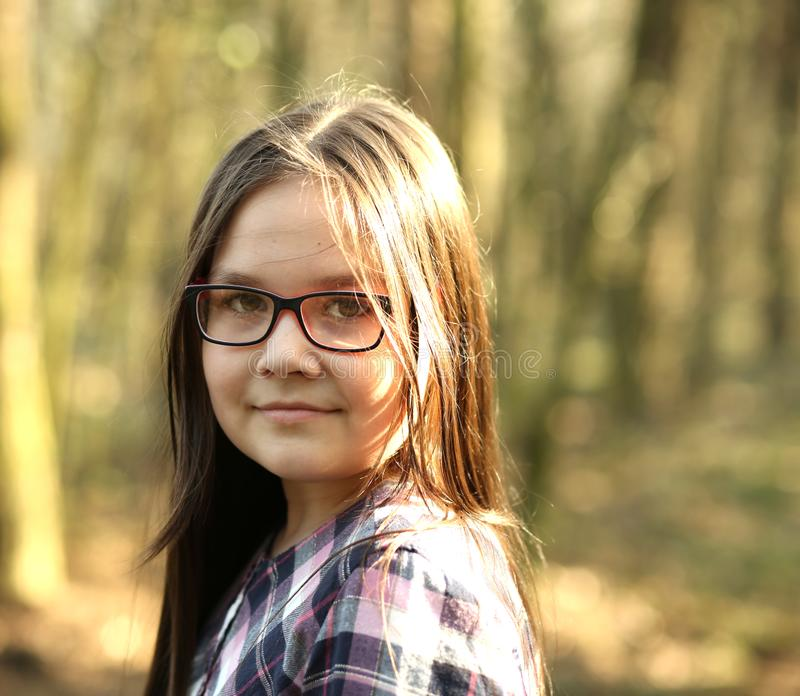 Retrato de una chica joven en parque imagenes de archivo