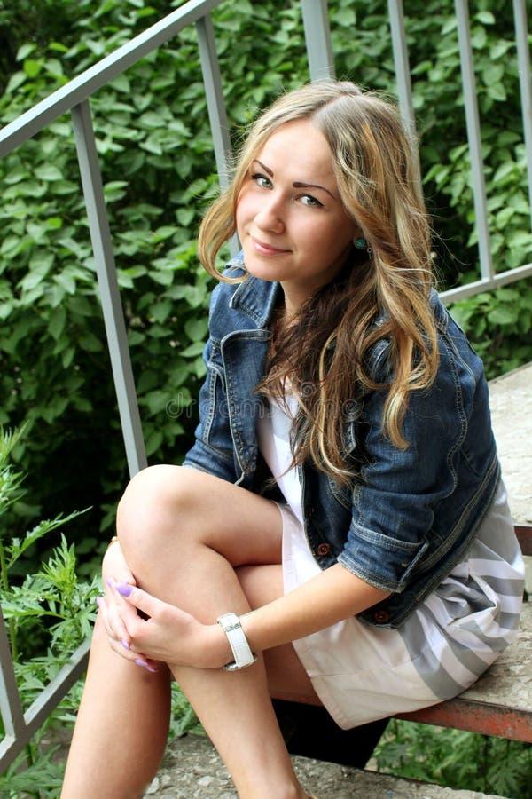 Retrato de una chica joven hermosa en un fondo de la ciudad foto de archivo