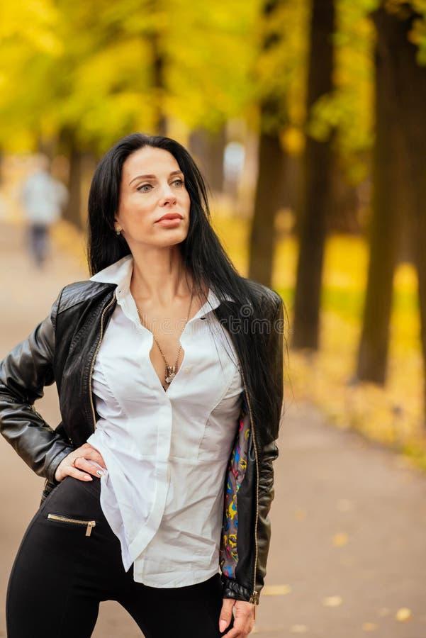 Retrato de una chica joven hermosa que camina en el otoño en un PA fotos de archivo libres de regalías