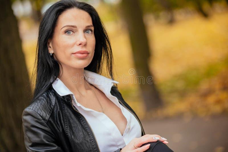 Retrato de una chica joven hermosa que camina en el otoño en un PA imágenes de archivo libres de regalías