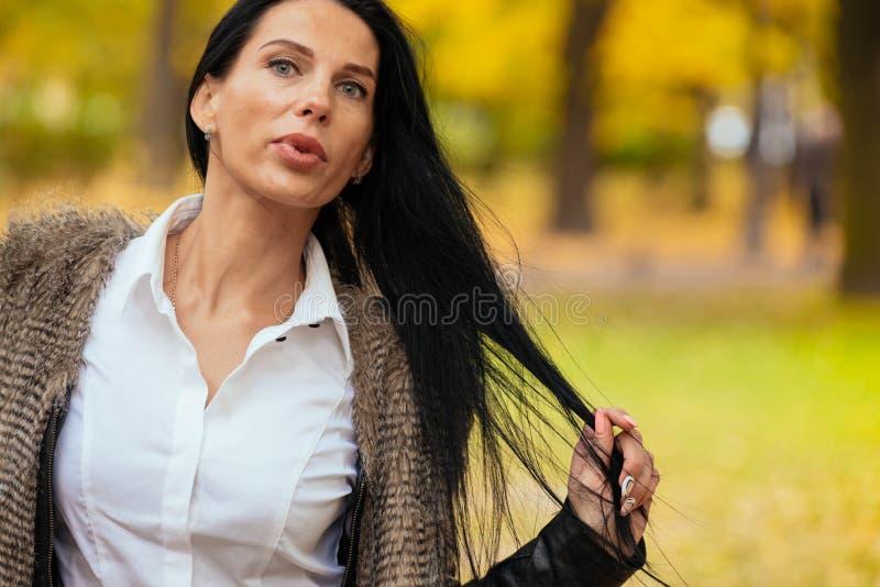 Retrato de una chica joven hermosa que camina a lo largo del parque del otoño fotos de archivo libres de regalías