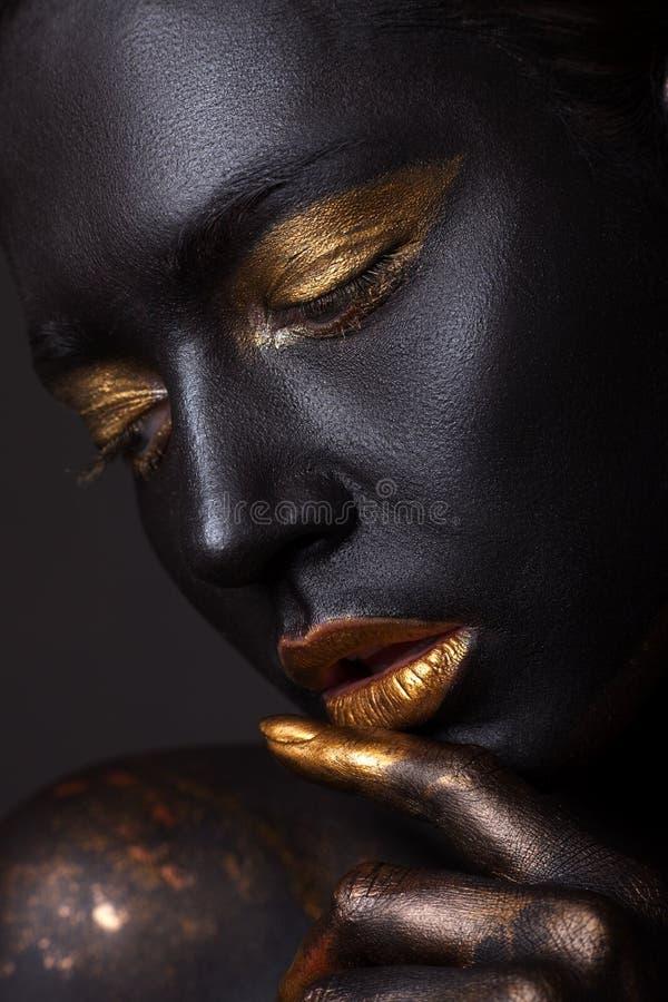 Retrato de una chica joven hermosa y de un maquillaje creativo imagen de archivo