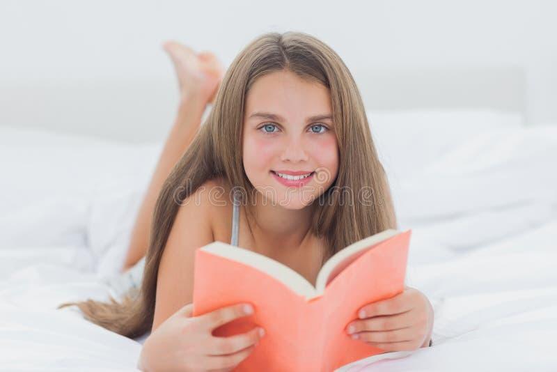 Retrato de una chica joven que sostiene un libro fotografía de archivo libre de regalías