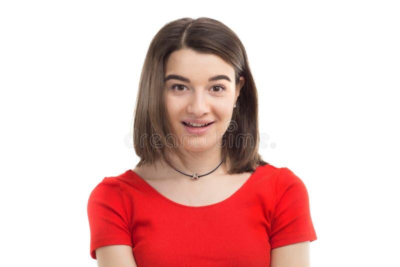 Retrato de una chica joven sonriente feliz hermosa, camiseta roja que lleva, fondo blanco del primer imagen de archivo libre de regalías