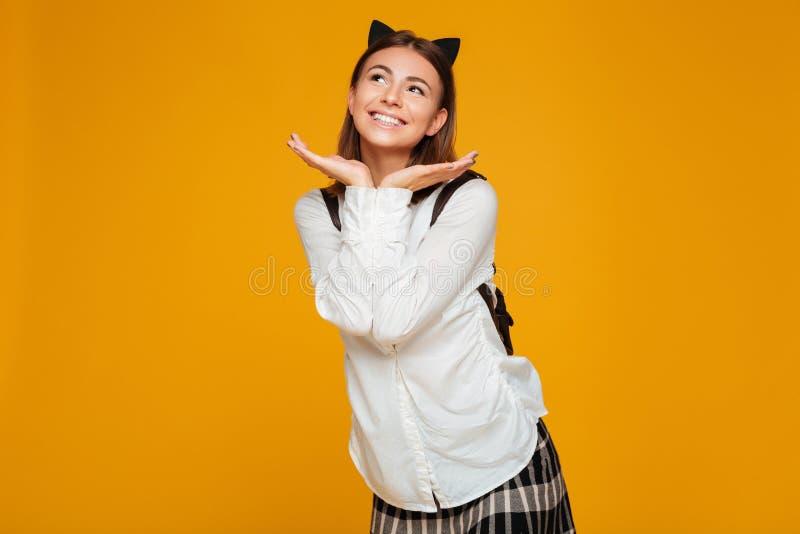 Retrato de una colegiala sonriente preciosa con la mochila foto de archivo