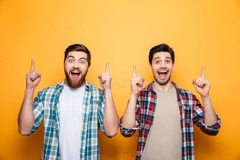 Retrato de una colocación feliz de dos hombres jovenes imágenes de archivo libres de regalías