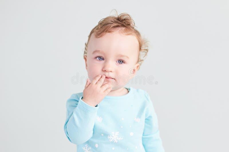Retrato de una emoción del niño en un fondo limpio foto de archivo