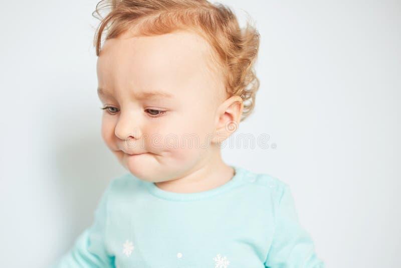 Retrato de una emoción del niño en un fondo limpio fotos de archivo libres de regalías