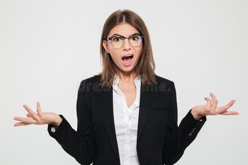 Retrato de una empresaria joven desconcertada en traje fotos de archivo libres de regalías