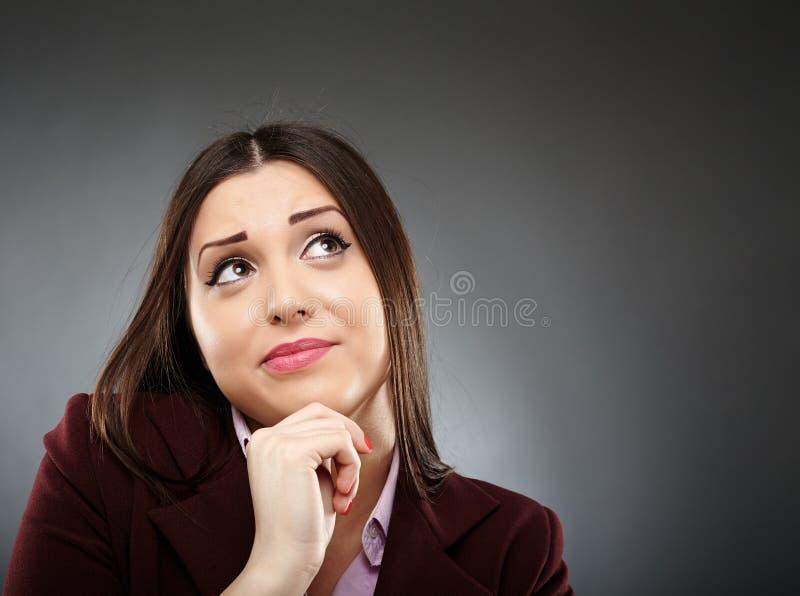 Retrato de una empresaria preocupante con la mano en la barbilla fotografía de archivo libre de regalías