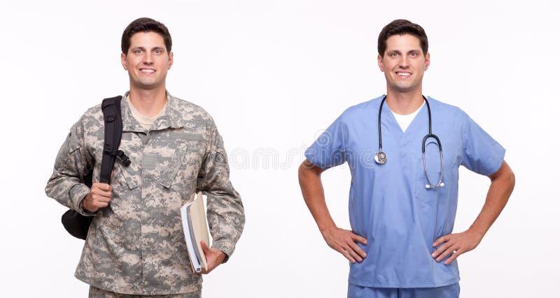 Retrato de una enfermera de sexo masculino joven y de un soldado con la mochila y d fotografía de archivo libre de regalías