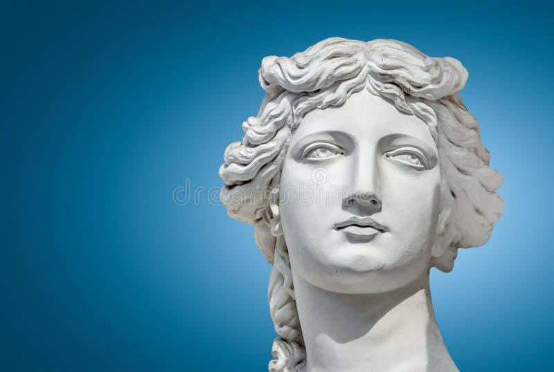 Retrato de una estatua de las mujeres sensuales hermosas jovenes de la era del renacimiento en Viena en el fondo azul de la pendi foto de archivo
