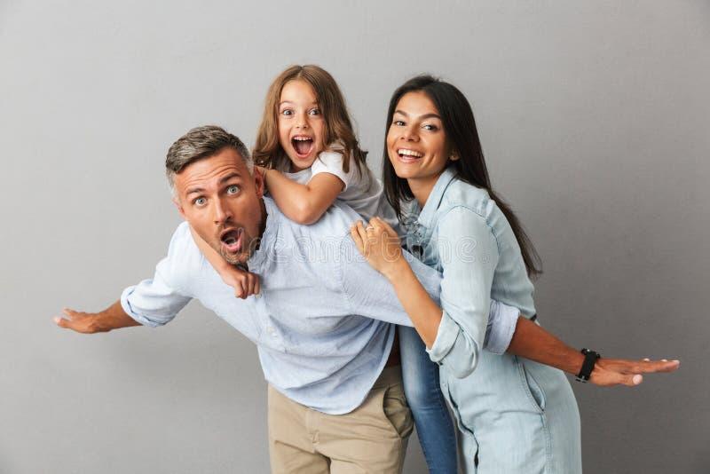 Retrato de una familia alegre imagen de archivo