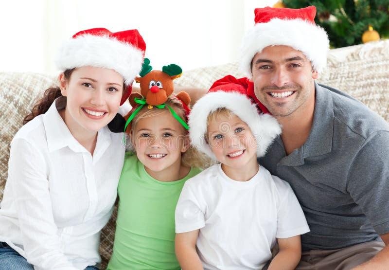 Retrato de una familia en la Navidad foto de archivo libre de regalías