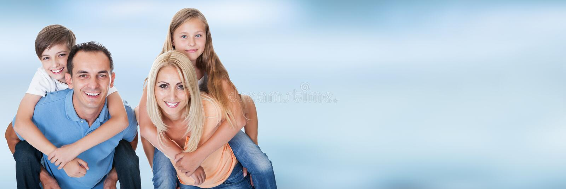 Retrato de una familia feliz imagen de archivo libre de regalías