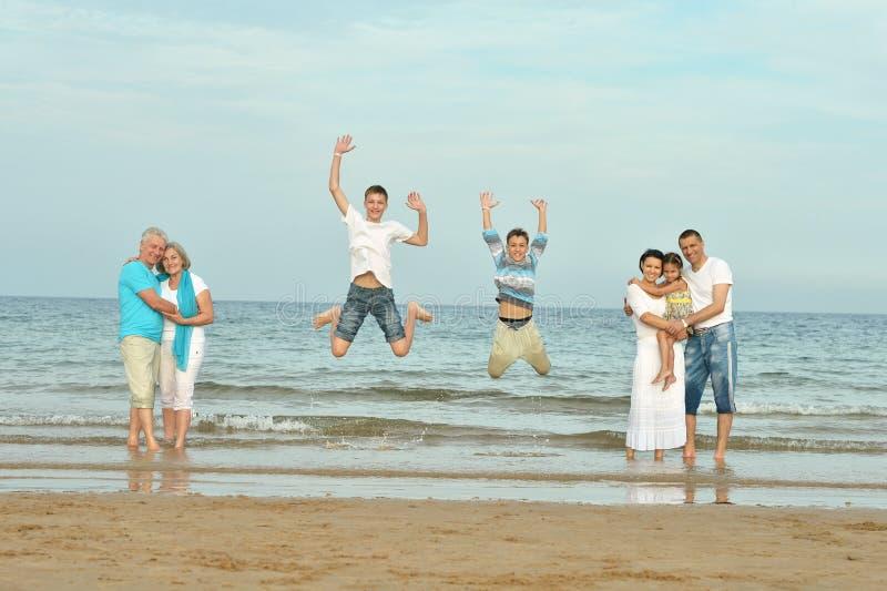 Retrato de una familia feliz imagen de archivo