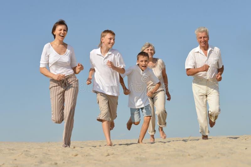 Retrato de una familia feliz foto de archivo