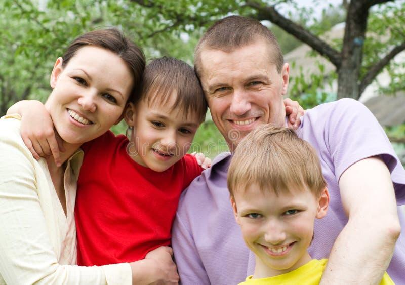 Retrato de una familia feliz al aire libre fotos de archivo libres de regalías