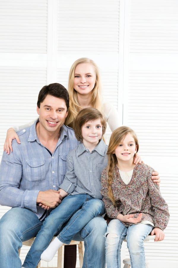 Retrato de una familia feliz en casa fotografía de archivo libre de regalías
