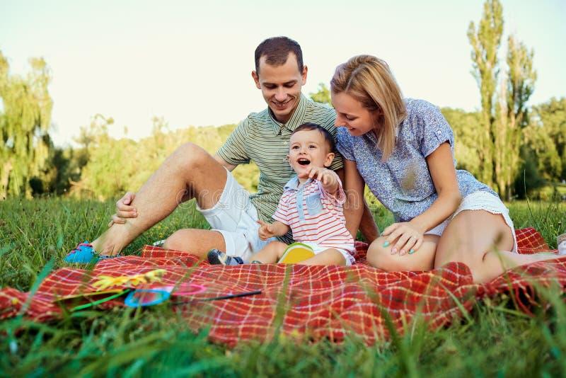 Retrato de una familia feliz en el parque imagen de archivo