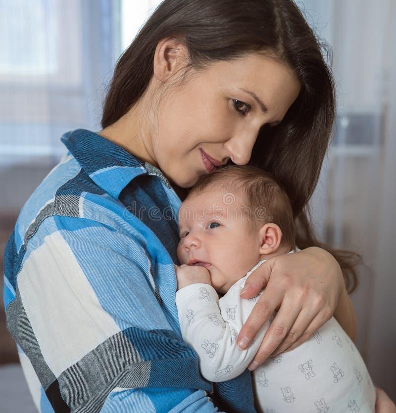 Retrato de una familia feliz Una mujer con un bebé recién nacido fotos de archivo libres de regalías