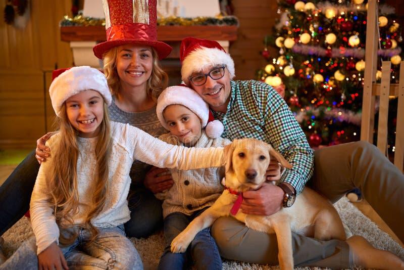 Retrato de una familia feliz y el perro que pasa junto Christm fotografía de archivo