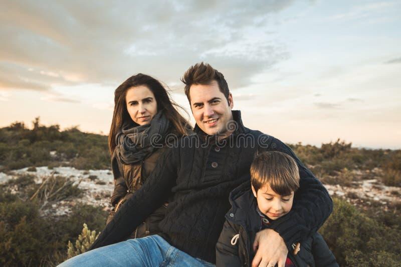 Retrato de una familia que sonríe y feliz en el campo Matrimonio con un niño en el campo imágenes de archivo libres de regalías
