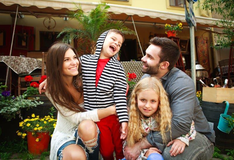 Retrato de una familia sonriente feliz en jardín de flores imagen de archivo