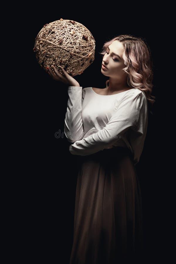 Retrato de una guapa rubia, cara de una joven con el pelo rizado, cosplay, imagen de una campesina, cuento de hadas fotos de archivo