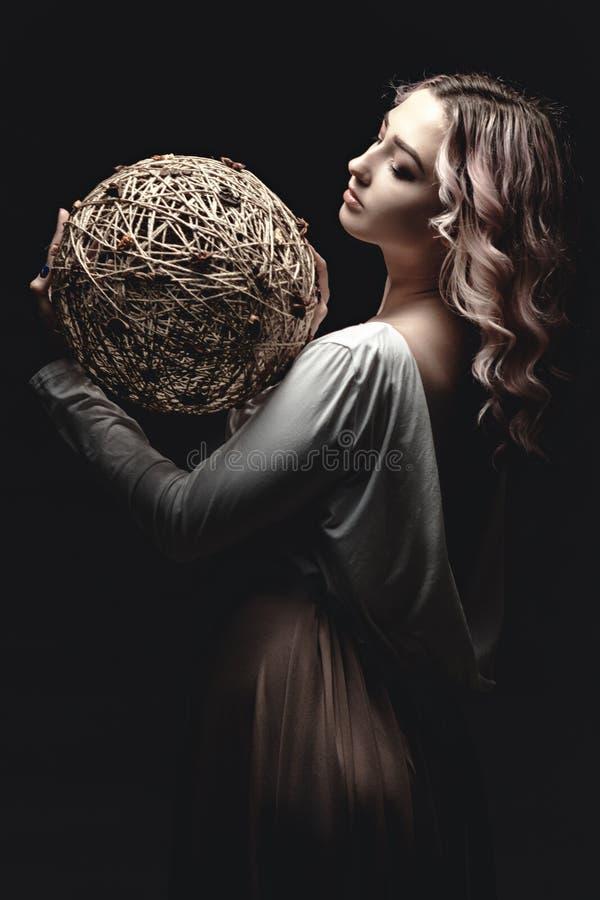 Retrato de una guapa rubia, cara de una joven con el pelo rizado, cosplay, imagen de una campesina, cuento de hadas foto de archivo