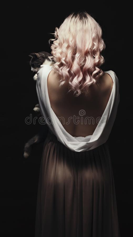 Retrato de una guapa rubia, cara de una joven con el pelo rizado, cosplay, imagen de una campesina, cuento de hadas fotografía de archivo libre de regalías