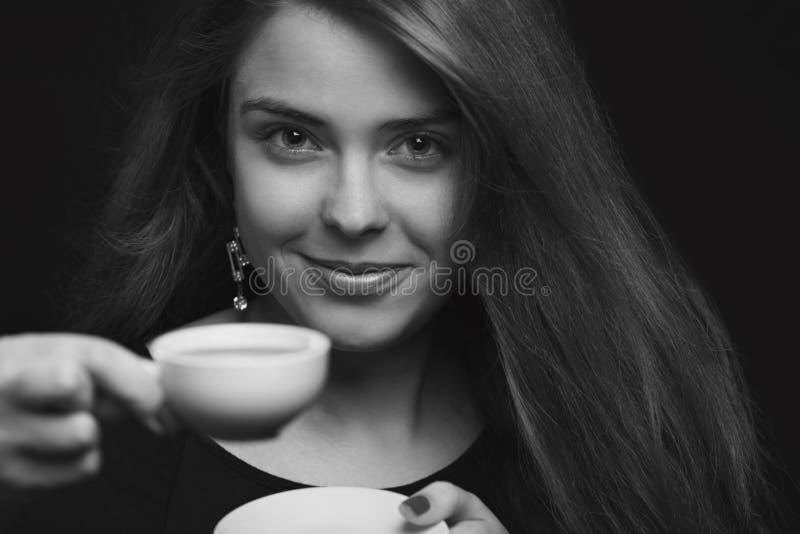 Retrato de una hembra con una taza de café imagen de archivo
