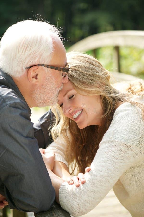 Retrato de una hija feliz que se coloca cerca de padre fotos de archivo libres de regalías