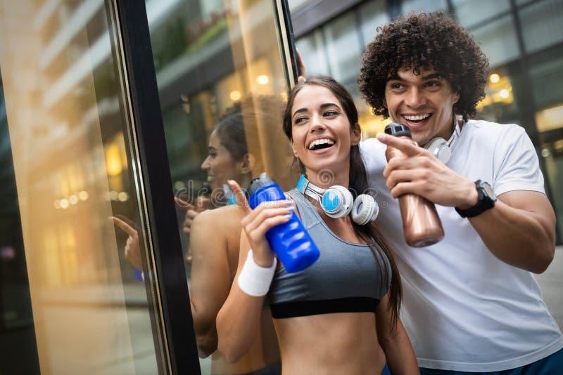 Retrato de una joven y atractiva pareja de fitness feliz foto de archivo