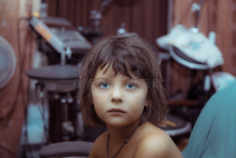 Retrato de una mística que mira a la niña imágenes de archivo libres de regalías