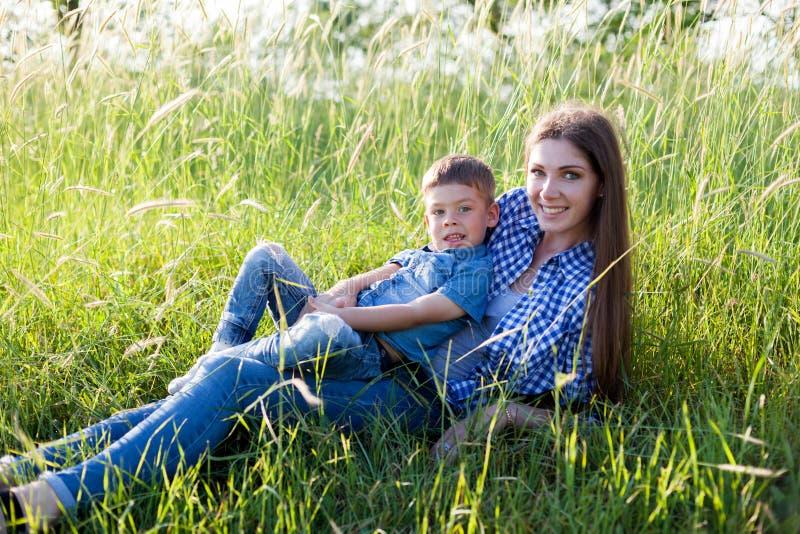 Retrato de una madre con un hijo joven para un paseo en el bosque imagenes de archivo