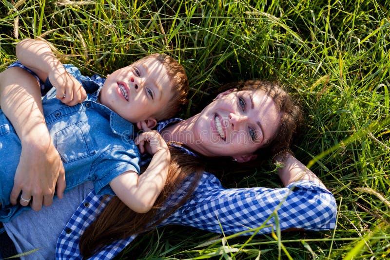 Retrato de una madre con un hijo joven para un paseo en el bosque imágenes de archivo libres de regalías