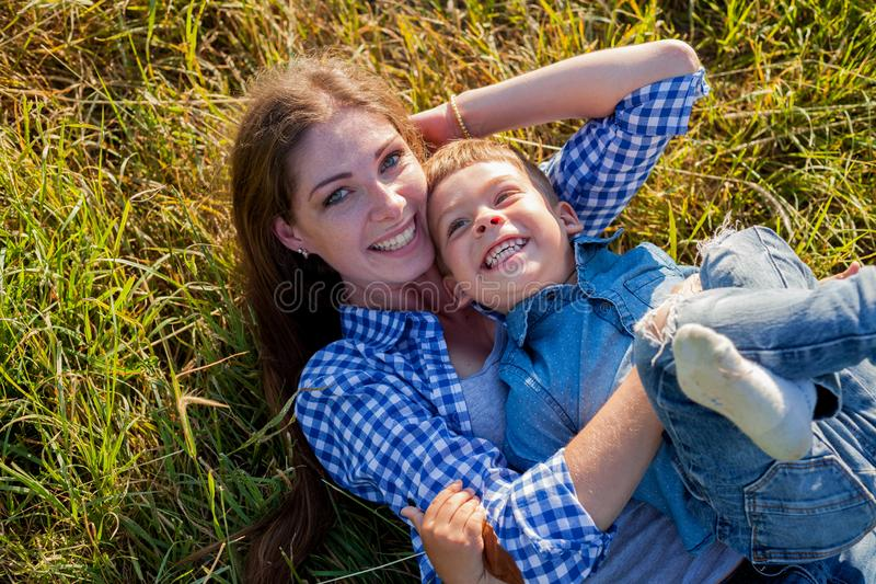 Retrato de una madre con un hijo joven para un paseo en el bosque fotos de archivo libres de regalías