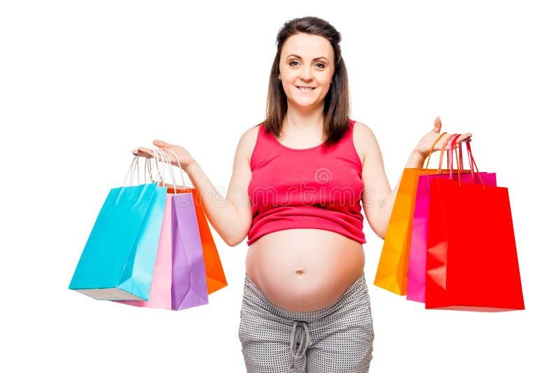 Retrato de una madre futura feliz y hermosa con compras imagenes de archivo