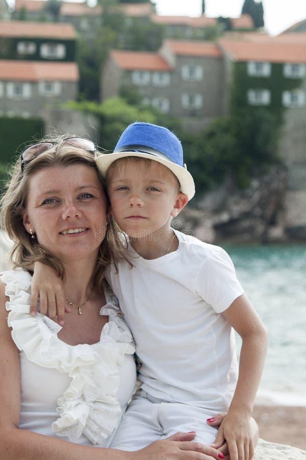 retrato de una madre joven que abraza a su ni?o el vacaciones en imágenes de archivo libres de regalías