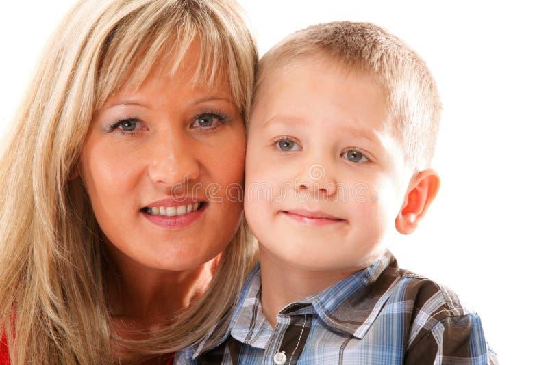 Madre madura con el niño 6 años de muchacho aislado fotografía de archivo libre de regalías