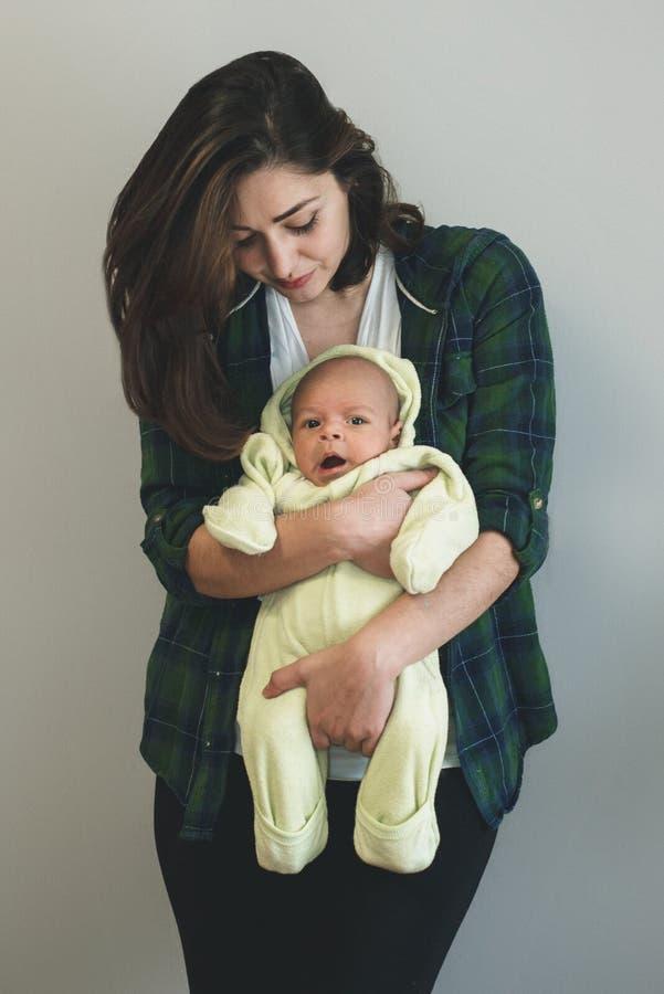 Retrato de una madre que celebra a su bebé imagen de archivo