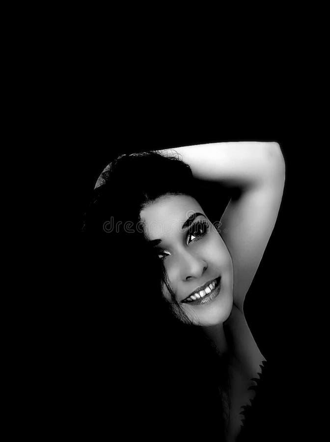 Retrato de una morenita en un negro foto de archivo
