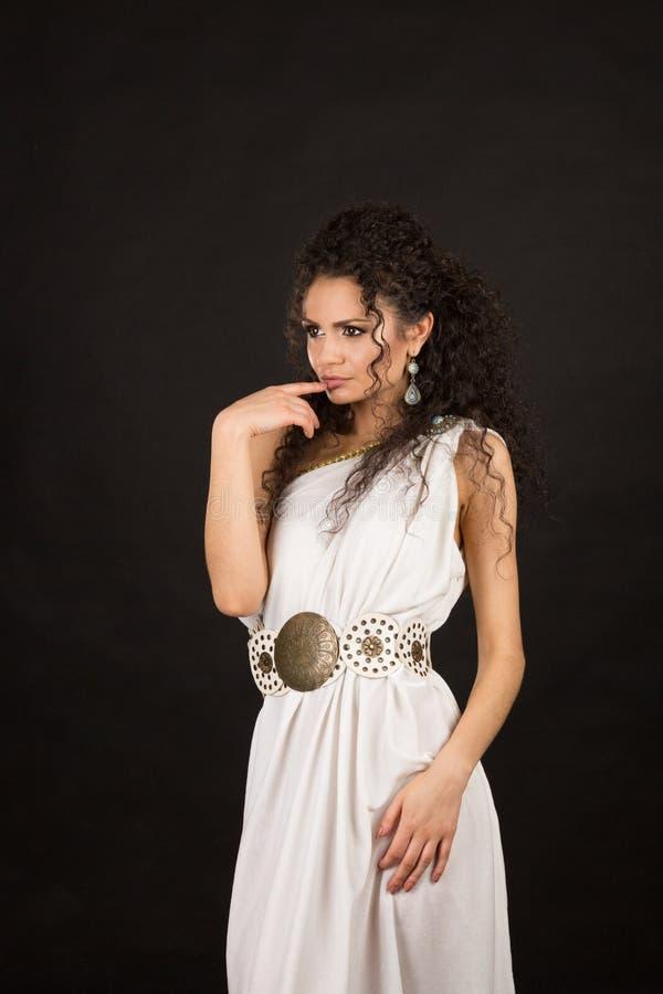 Retrato de una morenita rizada linda fotografía de archivo